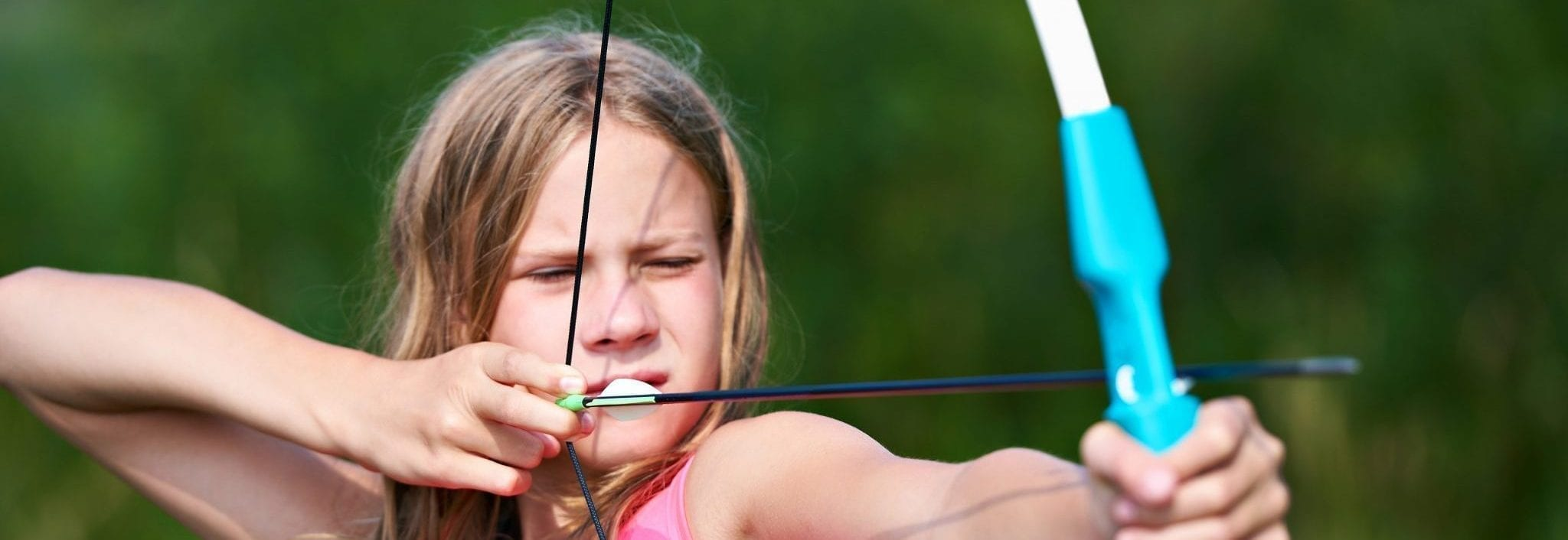 girl doing archery
